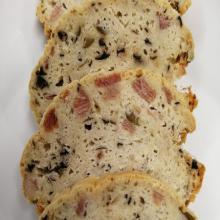 Cake aux olives et jambon plateaux de 12 tranches.